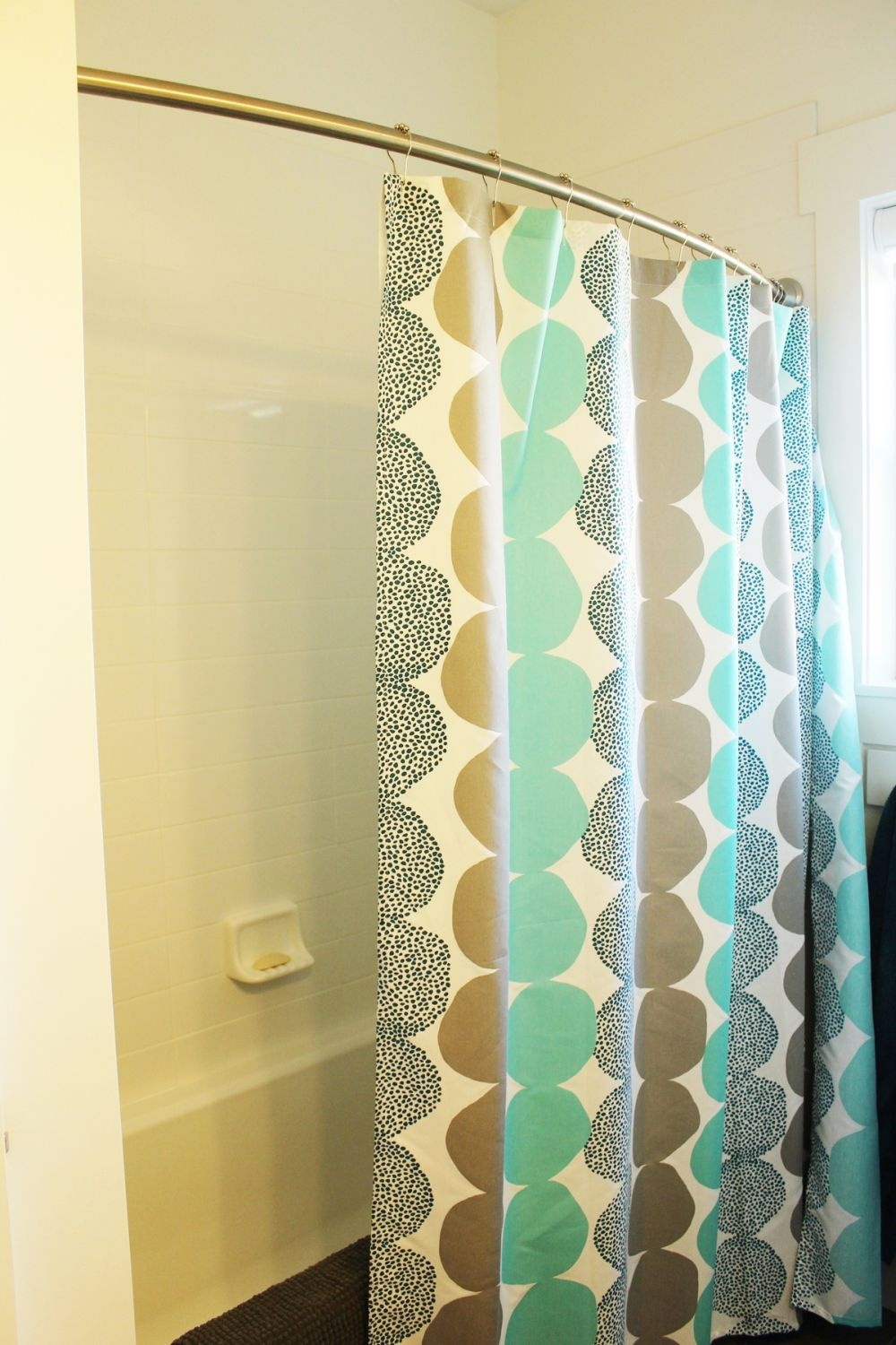 Decorating a narro bathroom by changing the shower curtain
