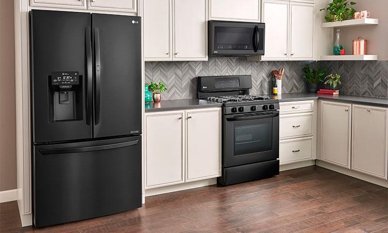 кухни с черными холодильниками фото одной лучших