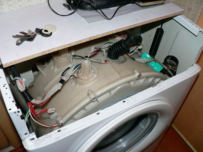 Стиралка стучит при отжиме – Стук в стиральной машине при отжиме: причина, как устранить
